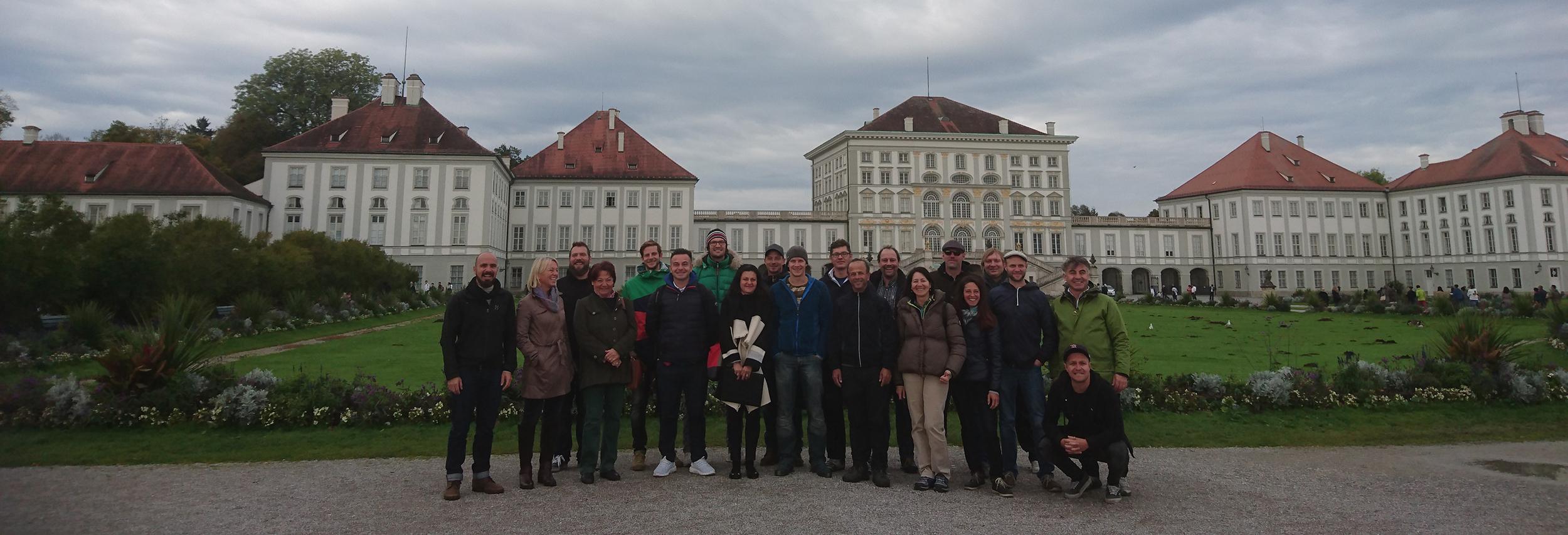 Die zukünftigen Münchner Rikscha-Guides vor dem Nymphenburger Jagdschloss