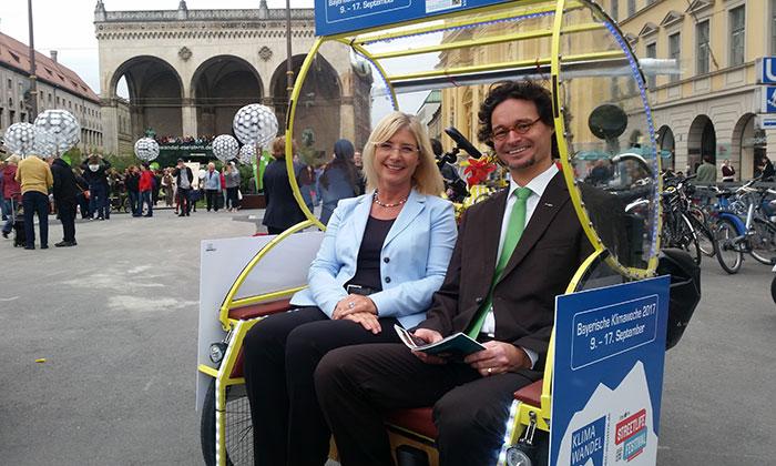 Umweltministerin Ulrike Scharf und Martin Glöckner von Greencity in der Rikscha