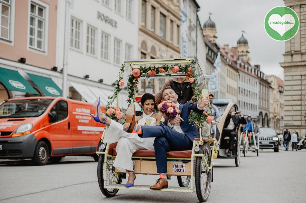 rikschaguide.com | Die Muenchner Rikschafahrer/-innen | Fröhliche Hochzeitsfahrt mit der Rikscha durch München
