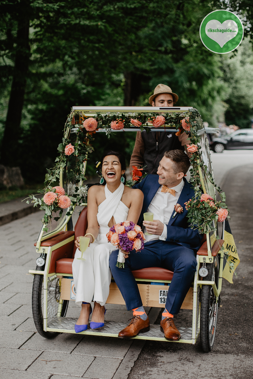 Die Münchner Rikschafahrer/-innen | rikschaguide.com | Fröhliche Hochzeitsfahrt mit Rikscha | Foto by Julia Meer (https://www.julia-meer.de/)