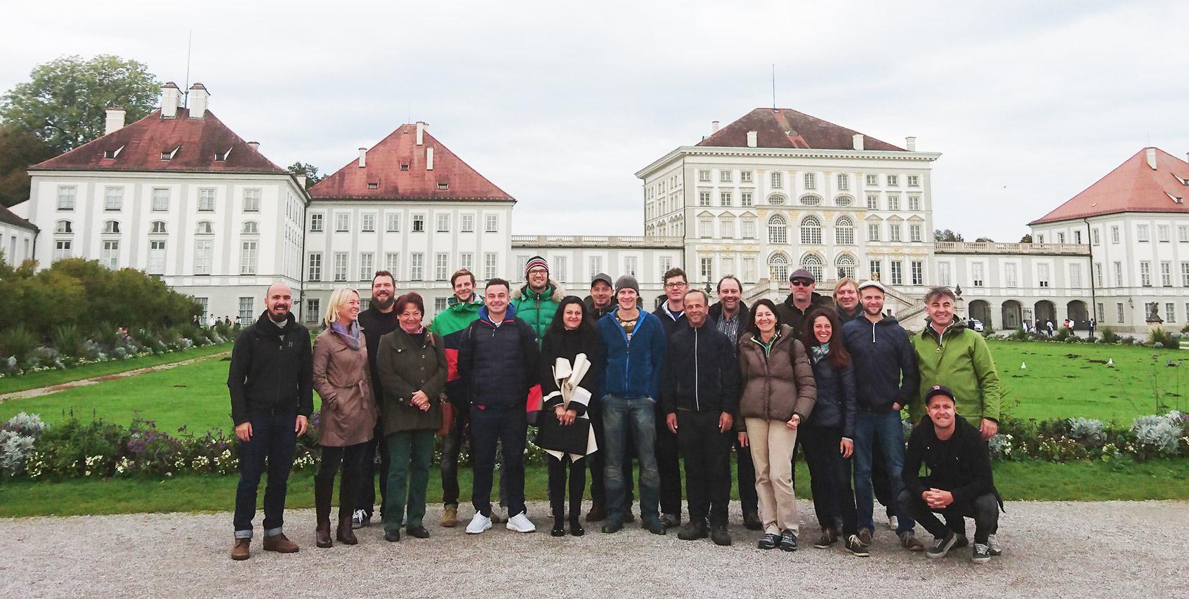 Die Münchner Rikscha-Guides vor der Kulisse des Nymphenburger Schloßes