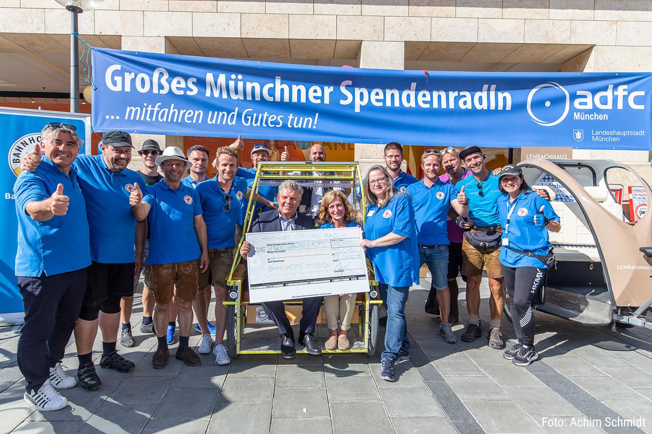 Die Rikschafahrer*innen des ADFC München e.V. bei der Übergabe der Spenden.
